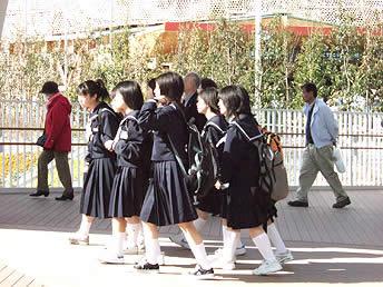 修学旅行生らが行き交う会場内の画像 【写真】会場を歩く中学生 晴天に恵まれた13日、万博会場は朝